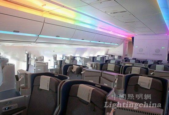 据外媒报道,空中客车最新型客机A350WXB经多年研制后,早前终于正式付运和服役。客机采用最尖端科技,将碳排放减少25%,轻量物料机身有助减少噪音,堪称业界最环保及最宁静。  据悉,该机型机舱内更设有变色LED灯,空中客车声称可出现1670万种不同颜色灯光组合;而机舱气压则调至等同2000米高度,较一般的2600米低,有助减缓时差影响。